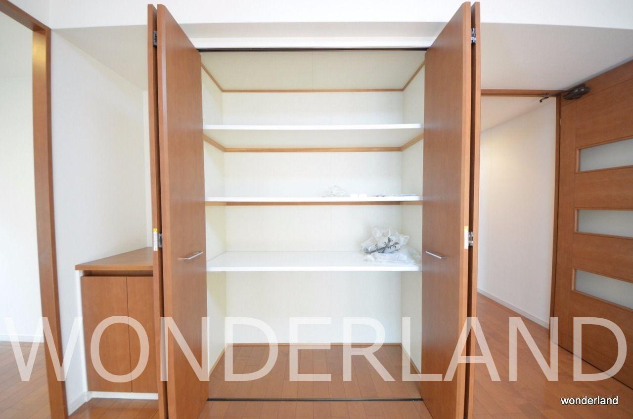 廊下や各部屋、至る所に収納があり、収納には困りません