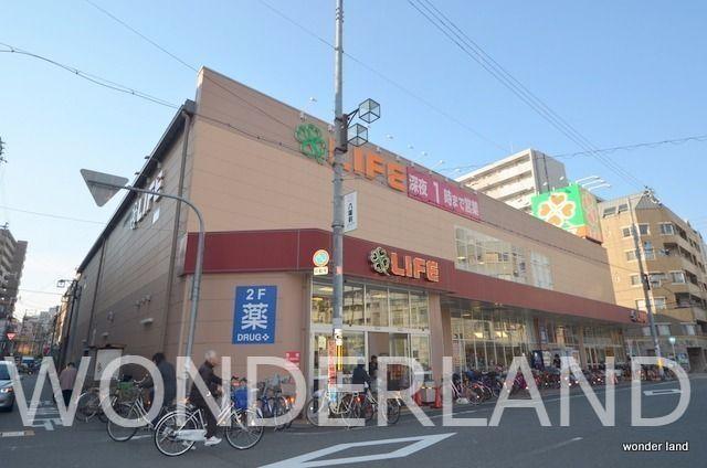 2軒並びのスーパーの一つ、9:30~25:00まで営業しています
