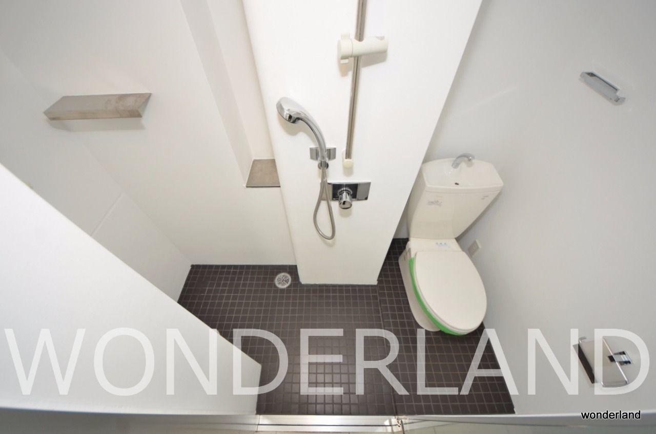 浴槽はなくシャワールームのみとなります。ちなみに扉はガラス張り