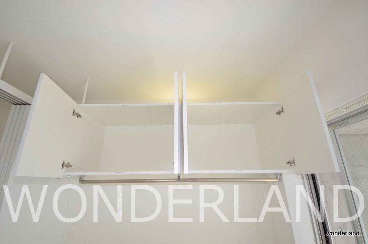 収納は吊戸棚とその下のオープンクローゼット