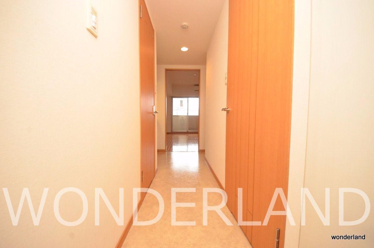 廊下面と洋室内で床の素材が分けられています
