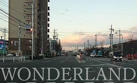 ガラガラの年末年始の道路の映像